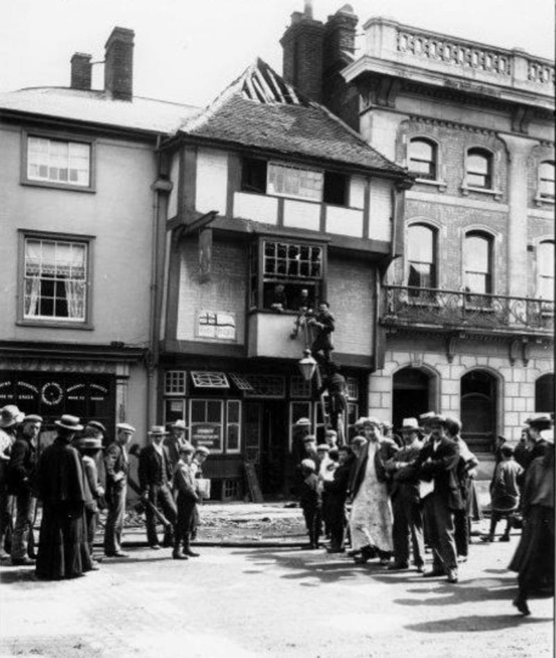 1903 view: 2/3 High Street with onlookers after a fire [credit: SWOP]
